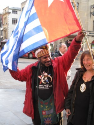 Benny Wenda raising the West Papuan flag with the Mayor of Oxford on Thursday morning.