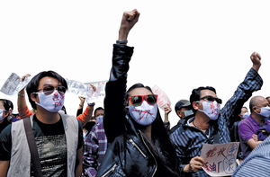 China in their hands: hundreds in Yunnan province protest against a refinery.