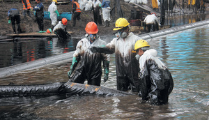 An oil spill clean-up in the community of Nueva Alianza, in Peru's northern Amazon region.Photo: Barbara Fraser