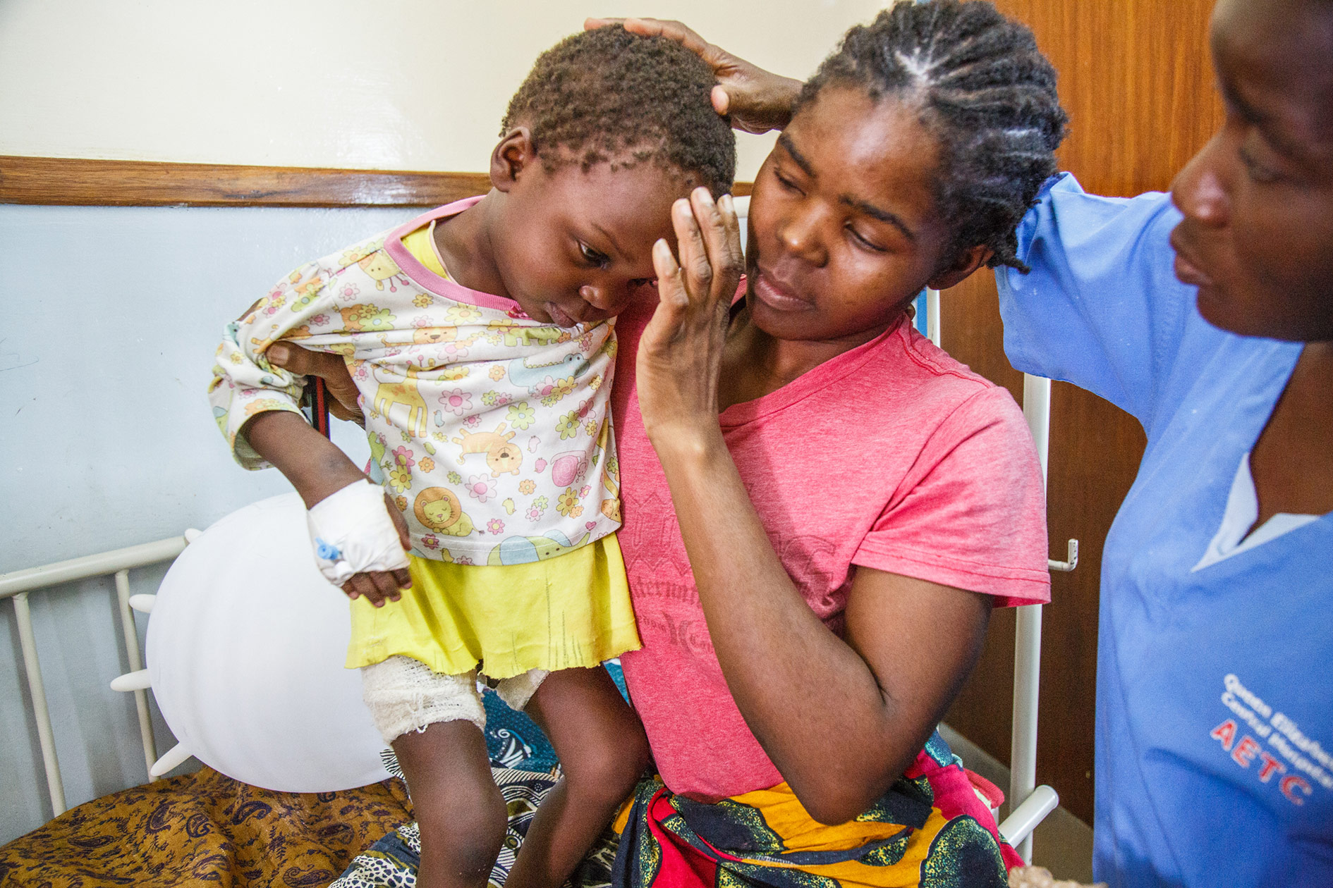 'When I was cooking he fell in the fire', says Aida, the mother of this two-year-old boy. Her son Chisommo's lower back has been burned to the third degree. Nurse Chrissy laughs when she sees the boy: 'when he came in he was so bad, but he is getting better now.'