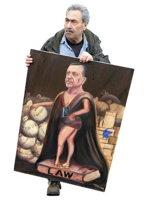 Artist Kaya Mar with his satirical portrait Erdoğan, the Turkish Sun King – after France's absolute monarch Louis XVI.Photo: PjrNews / Alamy Stock Photo