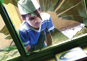 A Muslim boy inspects a broken window after a mosque was vandalized in Kandy, Sri Lanka on 10 March 2018.Photo: CrowdSpark/Alamy Live News