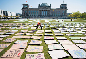 Where we would have been: Fridays for Future activists leave placards outside the Reichstag in Berlin, Germany, as an alternative climate protest.Photo: Kay Nietfeld/DPA/Alamy Live News