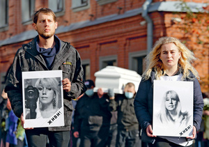 Unbowed: Koza Press editor-in-chief Irina Slavina's children lead her funeral procession, Nizhny Novgorod, 6 October 2020.Photo: Mikhail Solunin/TASS/Alamy